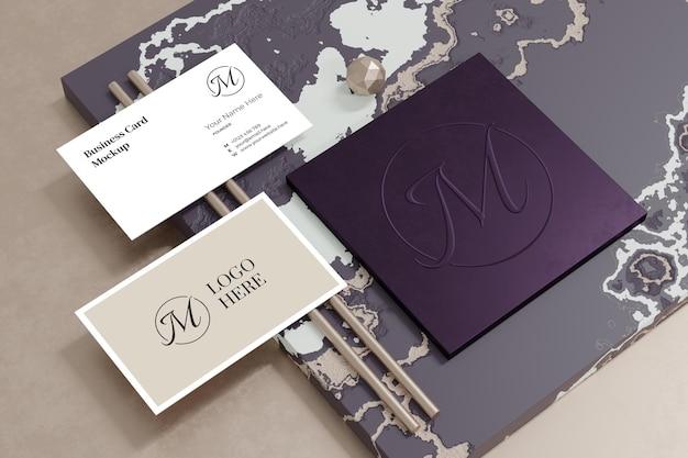 Elegante mockup di biglietto da visita con vetrina del marchio del logo nel rendering 3d