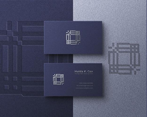 Modello di biglietto da visita realistico elegante logo effetto lamina d'argento