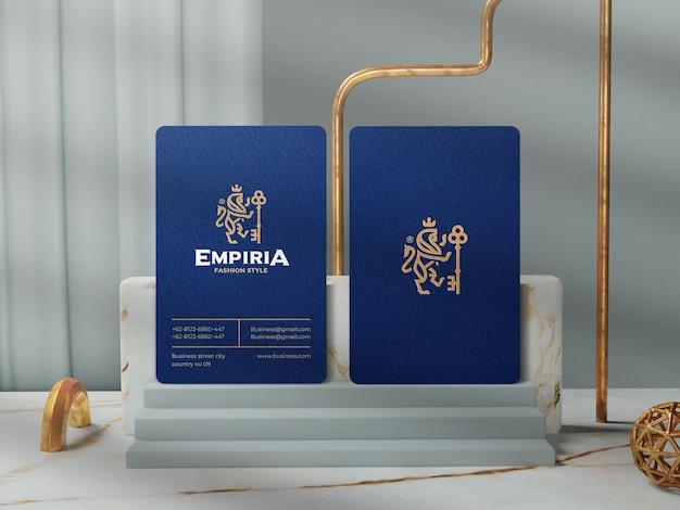 Elegante biglietto da visita verticale per il mockup dell'identità del marchio