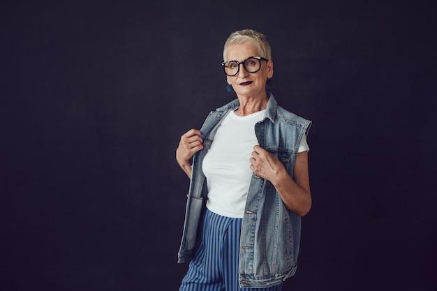 Elegante donna che indossa un mockup di camicia
