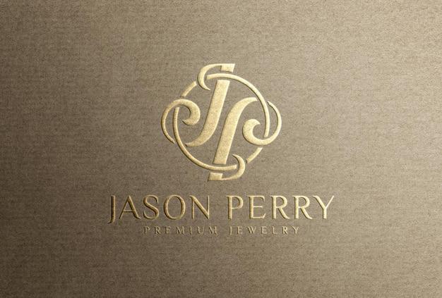 Mockup con logo in lamina d'oro in rilievo su carta di carta artigianale