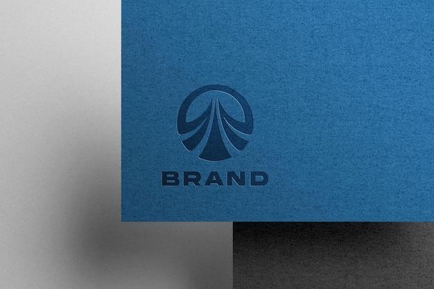 Mockup logo in rilievo su carta kraft