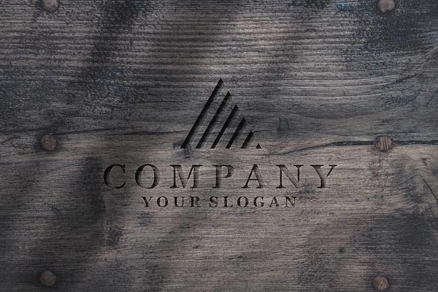 Logo in rilievo sul modello di struttura della superficie in legno naturale