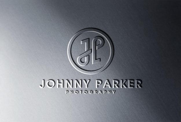 Mockup con logo metallico sagomato in rilievo