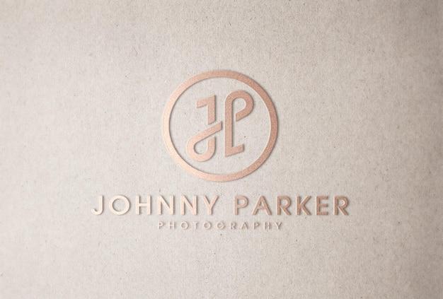 Mockup con logo in oro rosa in rilievo su carta artigianale