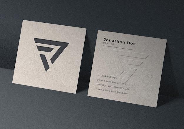 Design mockup di biglietti da visita quadrati in rilievo