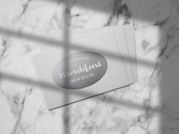 Mockup logo goffrato argento su carta di lino