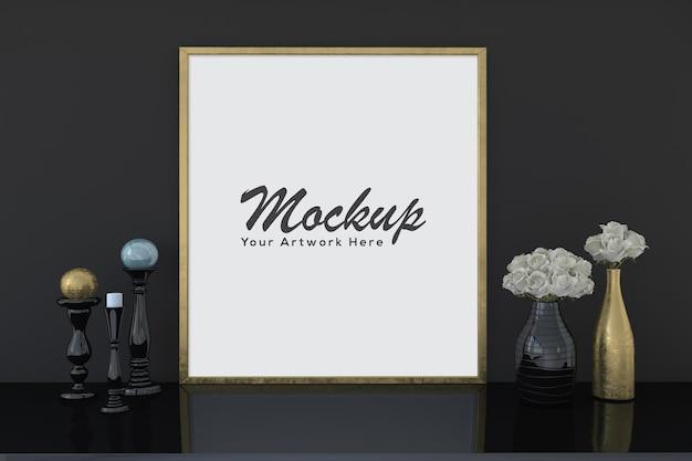 Mockup di cornice per foto dorata vuota con vasi di fiori