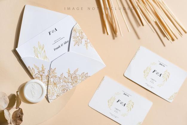 Carta bianca vuota e busta mock up su sfondo beige.
