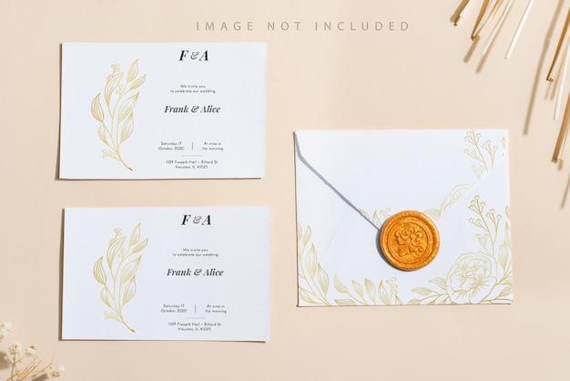 Carta bianca vuota mock up su sfondo beige.