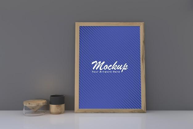 Mockup di cornice per foto in legno vuota con decorazioni sul pavimento