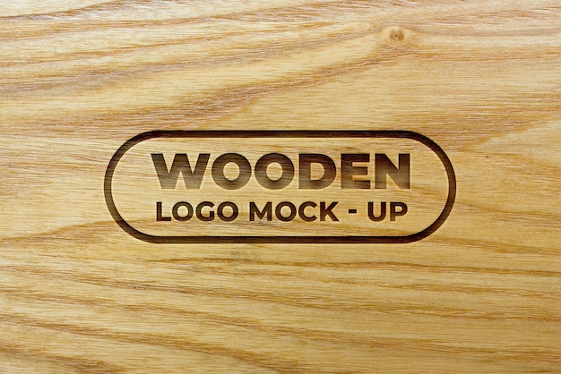 Mockup logo effetto inciso su texture di sfondo in legno
