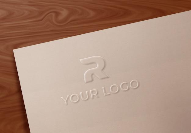 Mockup di logo in carta patinata con fantasia artistica