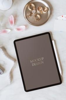 Design di mockup per tablet digitale femminile