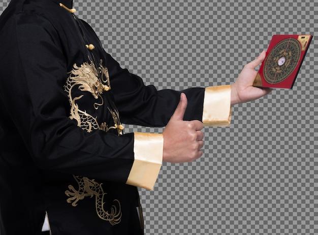 Il maestro feng shui mostra la bussola fengshui e gira la direzione verso l'energia della forza, i testi cinesi sulla bussola significano tradurre come nord sud ovest est fortuna prosperità sugli elementi dell'acqua del vento flusso, isolato