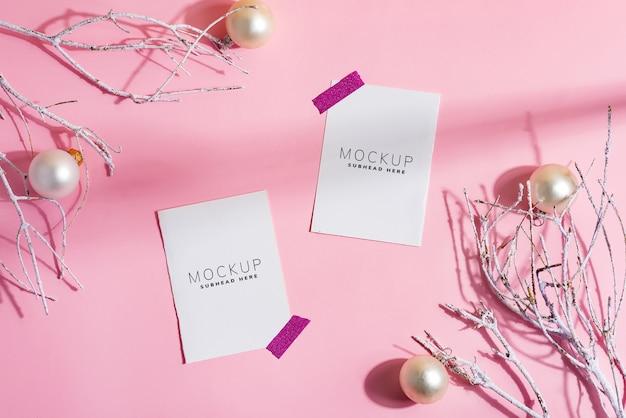 Cornice d'angolo festiva con carte mockup
