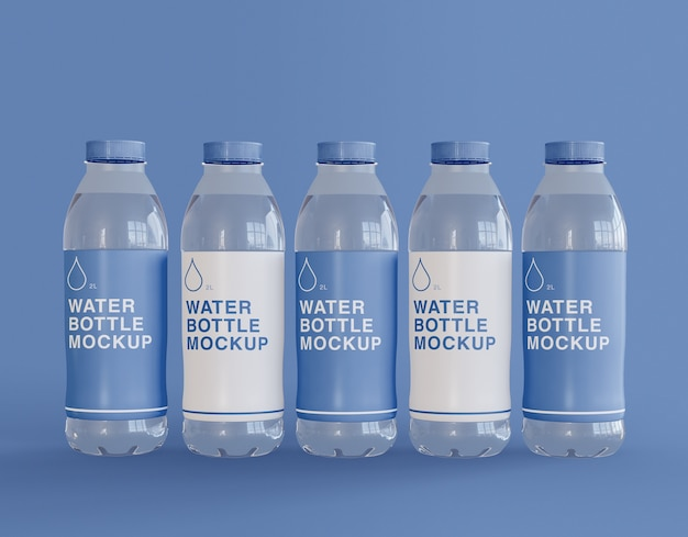 Cinque bottiglie d'acqua in plastica mockup