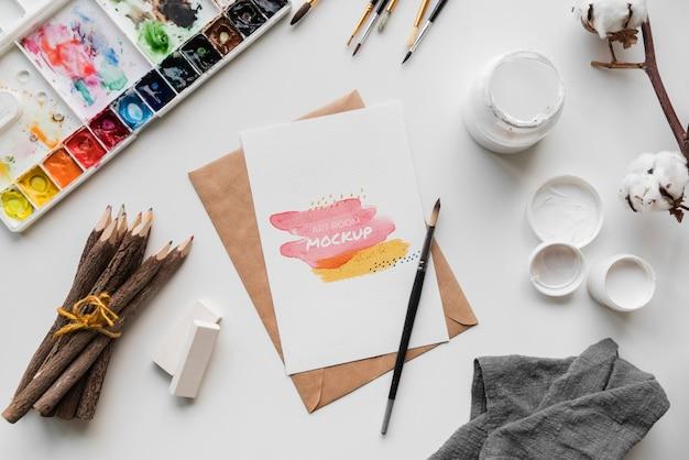 Tavolozza e pennello per artisti piatti laici