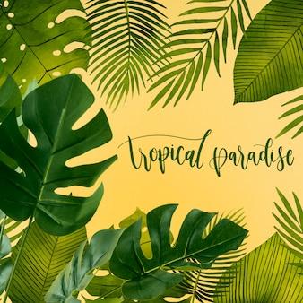 Mockup di copyspace piatto laici con foglie tropicali