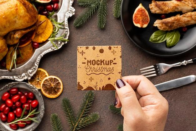 Lay piatto di delizioso cibo natalizio mock-up