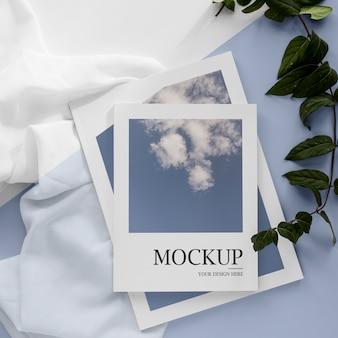 Mockup di riviste piatte su pezzo di stoffa