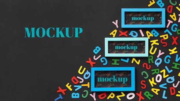 Disposizione piatta di design di cornici mock-up con lettere e spazio di copia