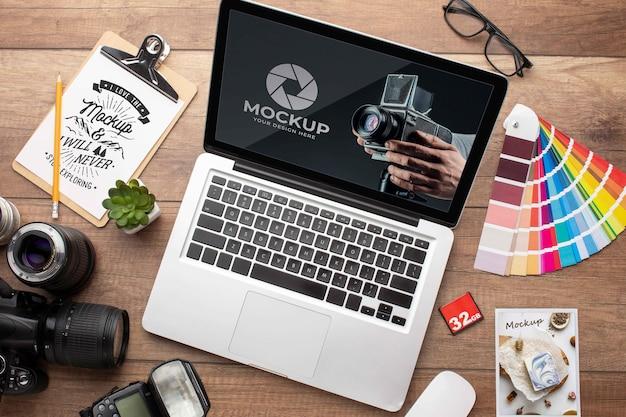 Disposizione piana dell'area di lavoro in legno del fotografo con laptop