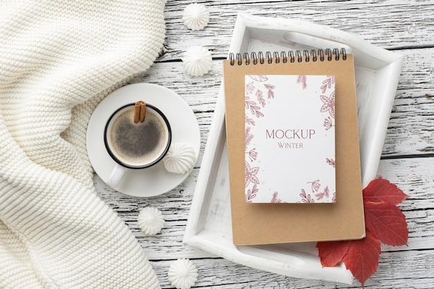 Assortimento piatto di hygge invernale con mock-up di carte