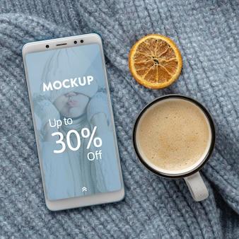 Composizione hygge invernale piatta con mock-up del telefono