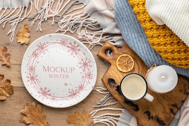Composizione hygge invernale piatta con mock-up di piastra