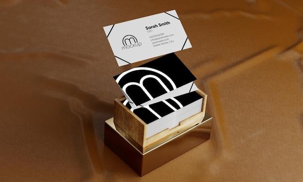 Mockup di biglietti da visita galleggiante con mockup di scatola di legno