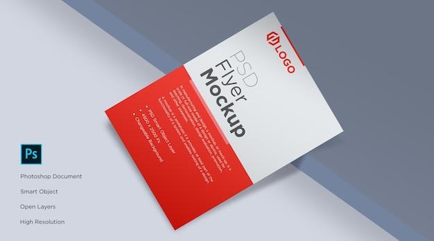 Flyer e poster mockup sul bordo del tavolo design