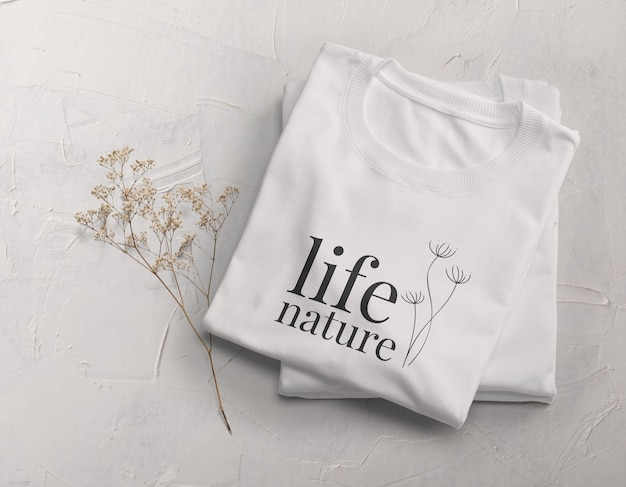 Design mockup di t-shirt piegata