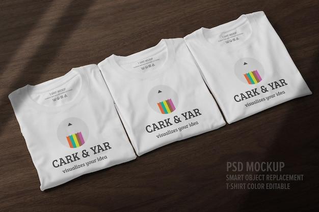 Mockup di t-shirt piegata