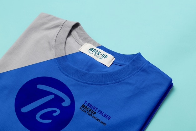Modello di mockup t-shirt piegato per il vostro disegno su blu