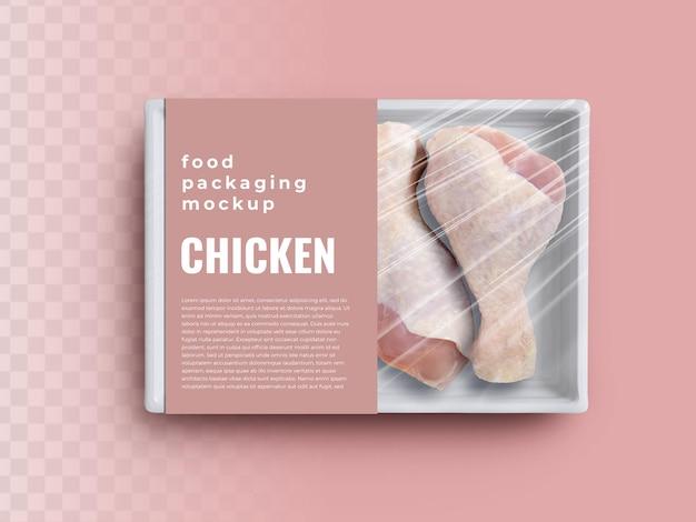 Mockup del contenitore del vassoio della scatola per alimenti con carne di coscia di pollo in confezione di plastica ed etichetta di carta