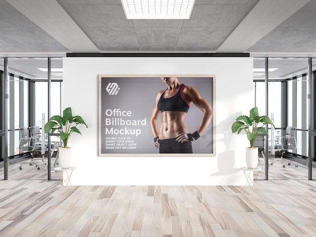 Cornice appesa al mockup della parete dell'ufficio