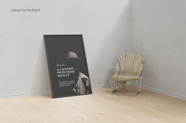 Cornice poster mockup sul pavimento