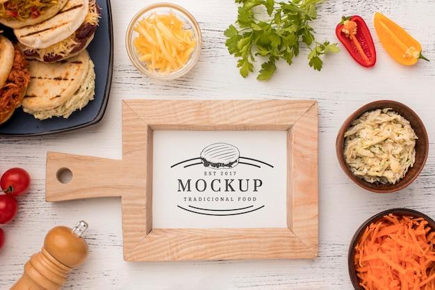 Mock-up in legno incorniciato e ingredienti