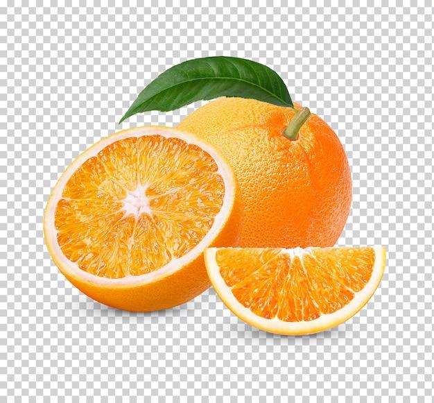 Arancia fresca intera ed affettata con foglie isolate
