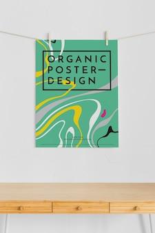 Vista frontale del poster appeso con perni di abbigliamento