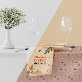 Vista frontale della disposizione dei tavoli per la cena del ringraziamento
