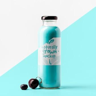 Vista frontale della bottiglia di succo di ciliegia trasparente