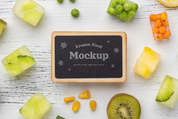 Disposizione di alimenti surgelati con lavagna mock-up