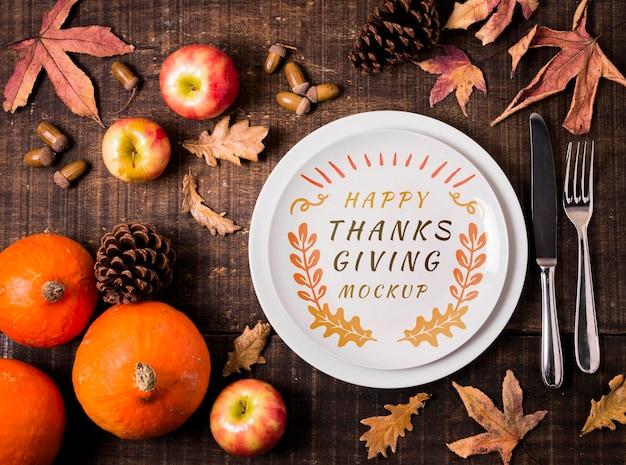 Mock-up del ringraziamento di frutta e foglie secche