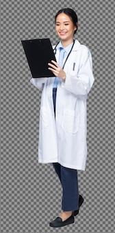 Figura intera del corpo figura 20s donna asiatica indossa pantaloni, stetoscopio e scarpe uniformi del dottore bianco, infermiera femminile tenere il grafico della siringa stare su sfondo bianco isolato, sorriso di profilo