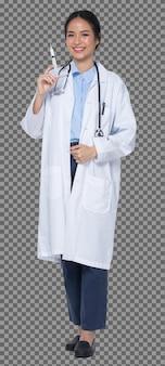 Figura intera lunghezza corpo scatto di 20s donna asiatica indossare pantaloni uniformi medico bianco, stetoscopio e scarpe, sfondo bianco isolato, sorriso di profilo