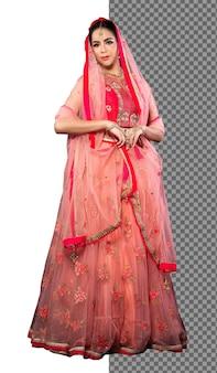La donna indiana della sposa integrale degli anni '20 indossa il costume tradizionale del vestito da sposa dell'india dell'oro rosso, isolato. bel sorriso asiatico felice in velo rosa rosso e guarda la telecamera, sfondo bianco da studio