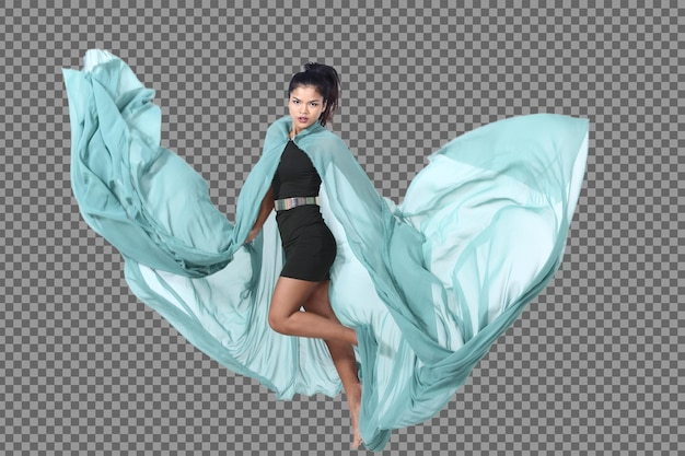 Integrale 20s giovane donna asiatica vestito dal pannello esterno dei capelli neri corri e salta con le pose di azione. la ragazza magra con la pelle abbronzata lancia un panno di tessuto verde in aria e una sfocatura di movimento svolazzante su sfondo bianco isolato