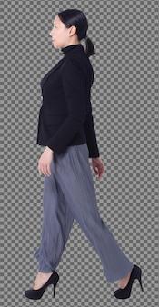 I pantaloni del vestito nero dei capelli neri della donna asiatica lgbt integrale degli anni '40 degli anni '50 stanno con la vista laterale posteriore posteriore isolata. la donna cammina a sinistra su scarpe con tacchi alti e lavora in modo intelligente su sfondo bianco isolato